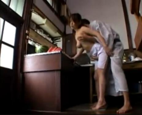 【無料動画】昭和ロマンポルノ;愛は日だまりの中で_裸エプロン縁側エッチ♪