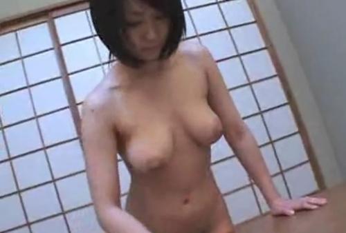 【無料動画】日常家事のエロティシズム;ひたすらテーブル拭き「但し全裸」
