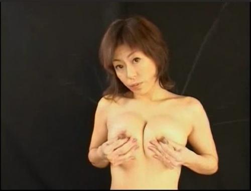 【無料動画】女性も液を飛ばせるんだぁ,美熟女の母乳飛ばしのエロ動画
