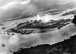 魚雷攻撃を受けるアメリカ戦艦群、日本軍機から撮影