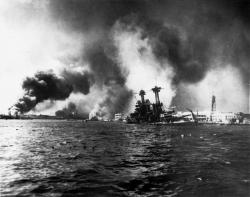 雷撃を受け着底する米戦艦カリフォルニア