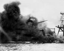 炎上するアメリカ海軍戦艦「アリゾナ」