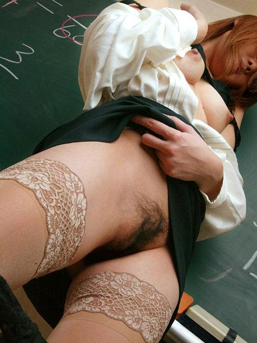 おっぱい丸出しで授業する女教師