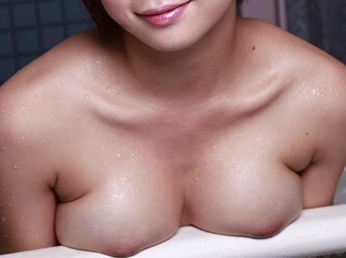 【美乳画像】バスタブからコンニチワしてる美乳!…撫でたいですね!