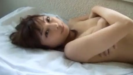 【蜂須賀ゆきこ】水着を脱いで手ブラ披露するセミヌードシーン