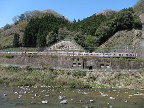 古虎渓駅を通過中の211系