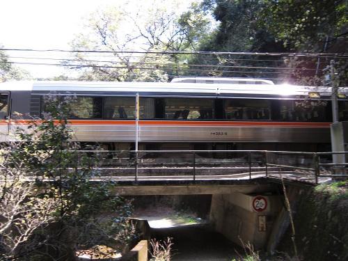 中央本線・八谷洞橋りょうを通過するワイドビューしなの