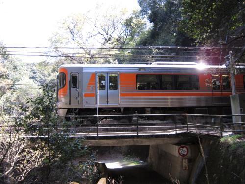 中央本線・八谷洞橋りょうを通過する313系8000番台