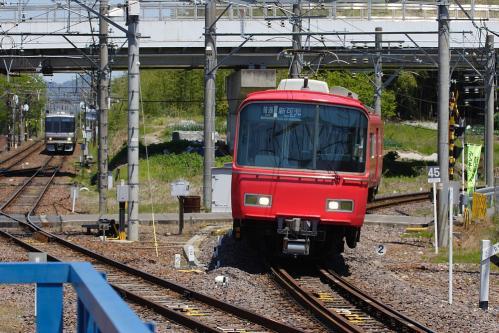 名鉄新可児駅に進入する二列車