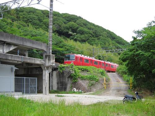 名鉄知多新線・小野浦駅構造物と普通金山行き列車