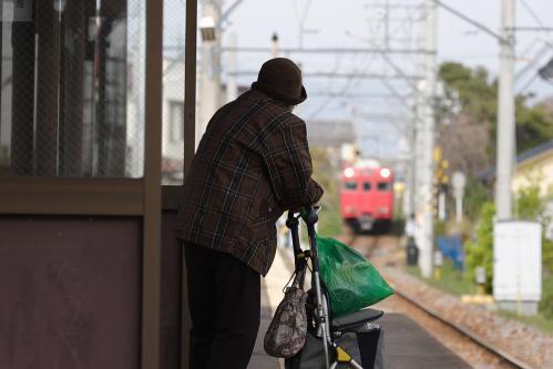 西浦駅で列車を待つ老婦