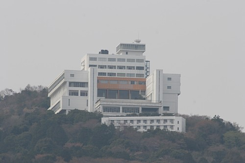 こどもの国駅から望む山の上のホテル