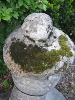 石をコンクリートで・・・