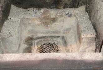 ストーブ炉内底部の吸気孔