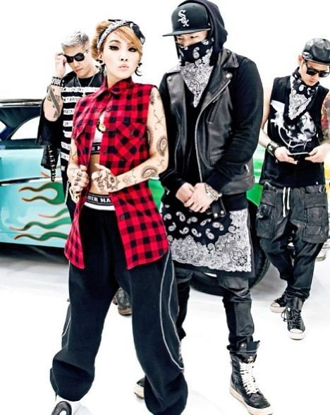 75430-2ne1-cl-picture-with-teddy.jpg