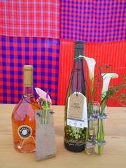 [写真]受付カウンター上に置いた、お花で飾られたCORKのワイン2本
