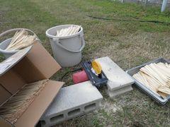 [写真]葉よけ用の支柱として使う割箸の切り込み作業の様子