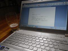 [写真]ブログの更新作業に利用しているパソコンとビールグラス