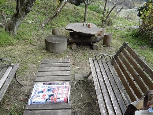 パン工房のらさんの庭先のテーブルとイス