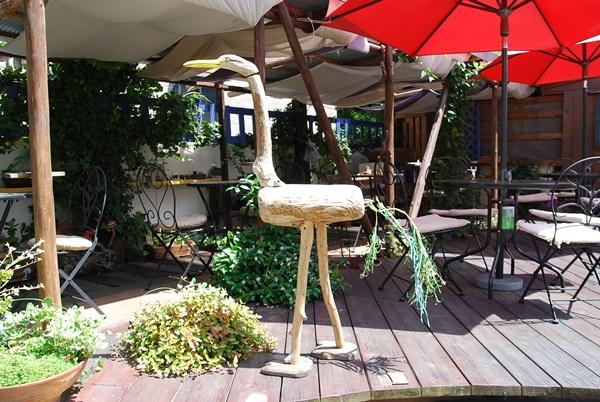木の鳥とテラス席