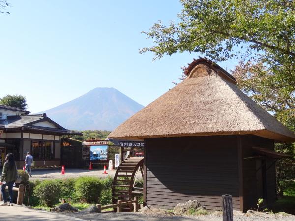 131013_10忍野八海池本水車小屋と富士山現像