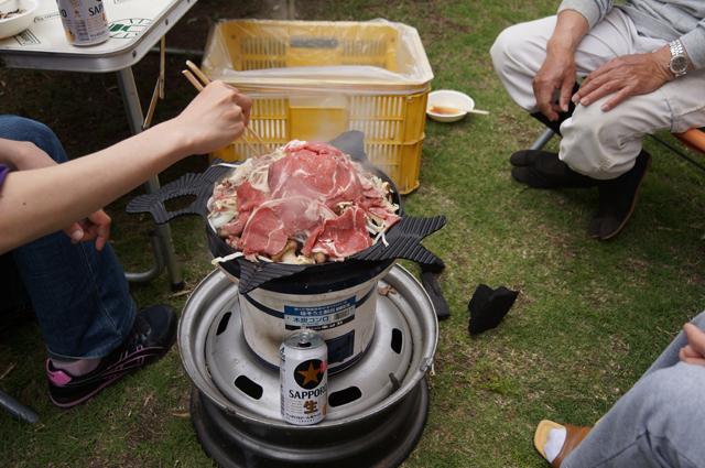 庭でサッポロビール園から送ってもらったジンギスカン鍋と肉でジンギスカンをする