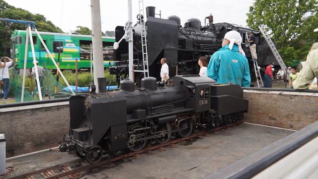 大小C56の後ろを通過するキハ40系を改造したトロッコ列車