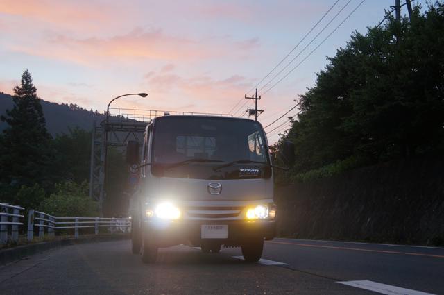 マツダタイタンと午前四時過ぎ、武蔵五日市・戸倉の朝焼け