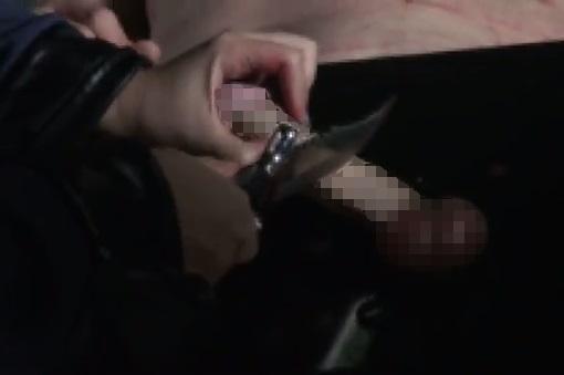陰茎をナイフで切除される男