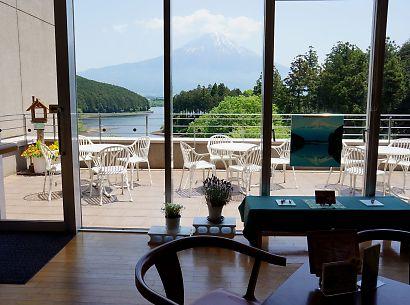 富士山と新緑田貫湖の画像-2