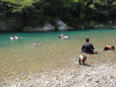 みんなと川遊び