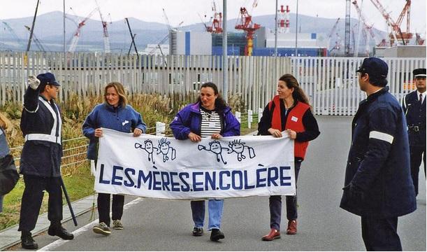 青森県六ヶ所村に建設中の再処理工場を訪れ再処理はやめた方がよいと言うフランスの「怒れる母たち」。