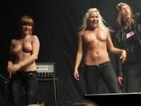 ロシアのロックライブのステージで女性がトップレスになっちゃってる画像