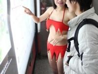 中国の地下鉄にセクシーな元女子アナのガイドが出現