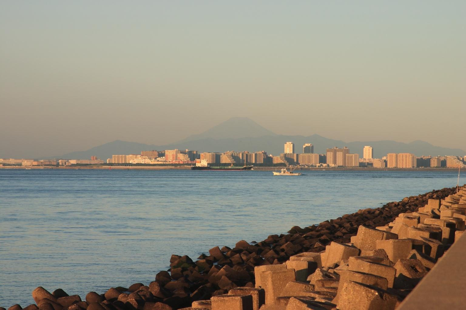 富士山と貨物船
