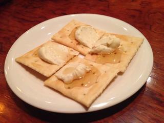 お通しのガーリックチーズとハチミツのカナッペ