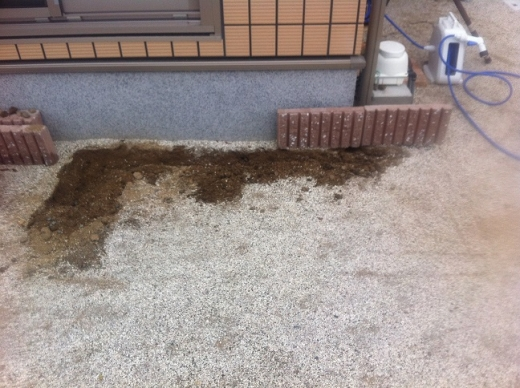 20120422001_ブロックを埋める穴を掘る