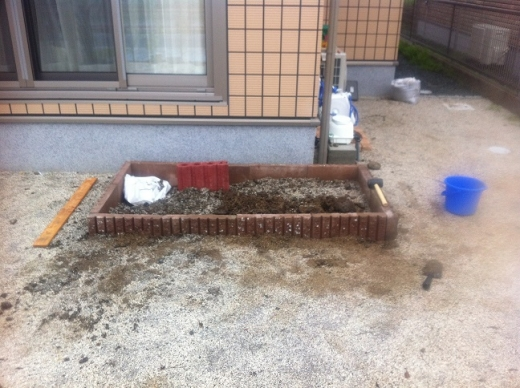 20140423001_ブロック花壇の枠が完成