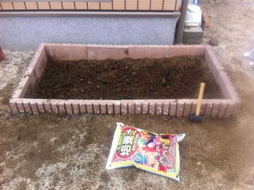 20120423002_花壇に培養土を入れる