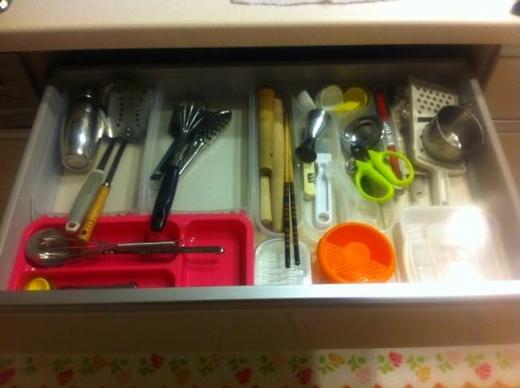 20120424004_キッチンカウンター最上段のキッチン小物