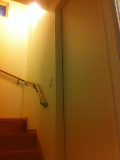 20120427004_U字階段横の浴室扉