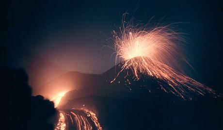 カムチャツカ 3つの火山の噴火活動が活発化