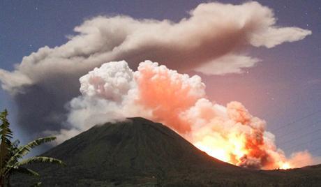 インドネシア 火山噴火で注意喚起