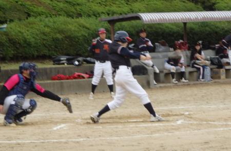 PB010283熊本市役所2回表2死一、三塁から9番が先生の左前打を放つ