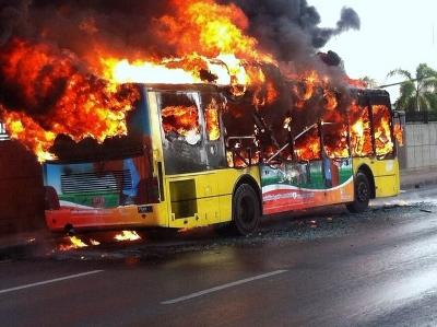 ドンムアン空港前で炎上する路線バス画像