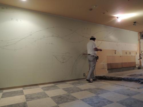 神戸三宮店舗工事・壁に曲線を引く