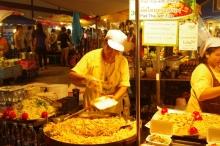 タイ雑貨通販 泰国屋(たいこくや) タイ王国出張旅行ブログ写真01 タイの屋台の写真テキパキ働く店員さん