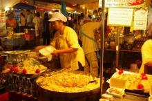 タイ雑貨通販 泰国屋(たいこくや) タイ王国出張旅行ブログ写真01 タイの屋台の写真 調理する店員さん