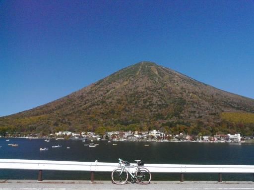 中禅寺湖からみる男体山