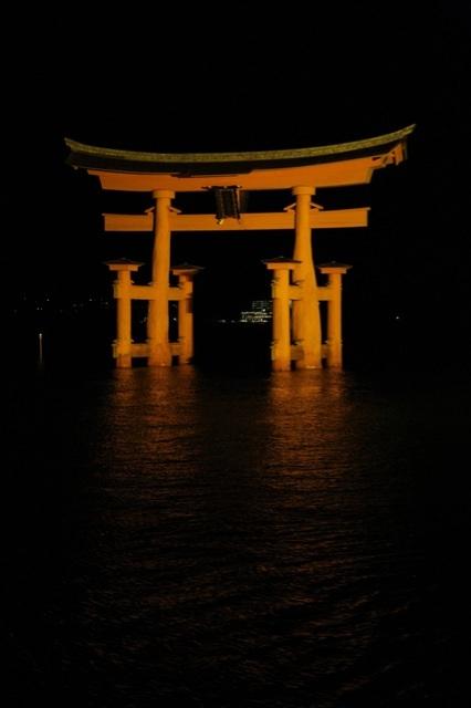 厳島神社の鳥居夜景